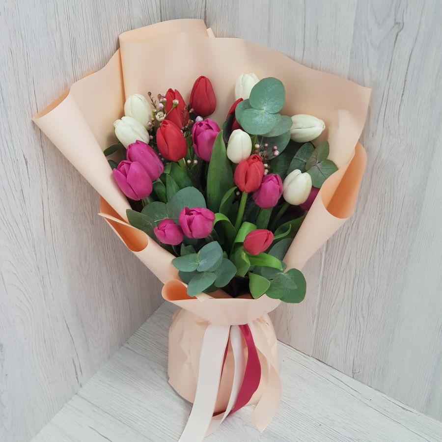 19 тюльпанов с эвкалиптом