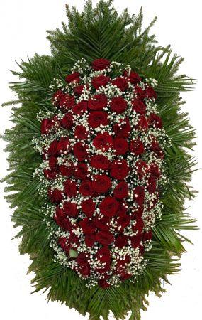 Фото Ритуальный венок из живых цветов #4 красные розы, гипсофила, хвоя
