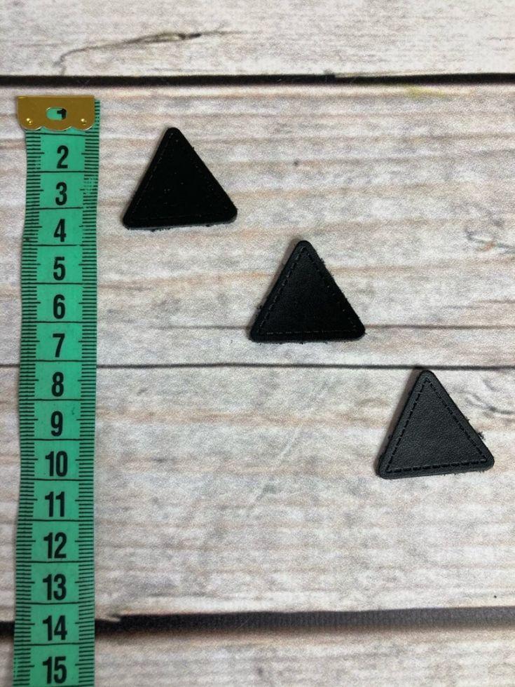 нашивка треугольная черная