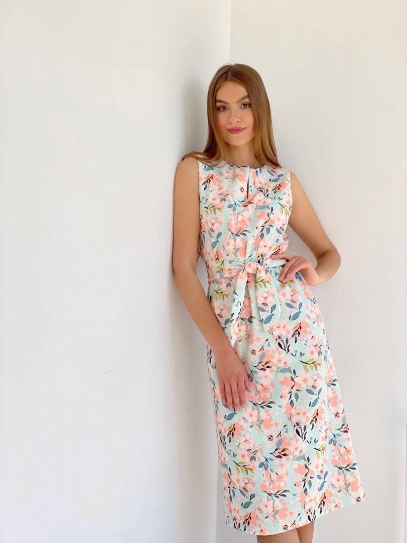 4036 Платье прямое с фигурным поясом и нежным принтом