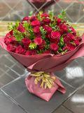 Букет из 51 розы и самшита