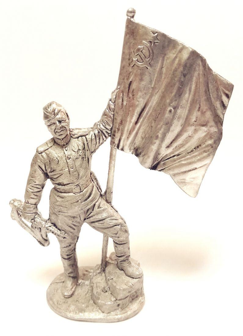 Фигурка Гвардии ефрейтор Красной армии с советским флагом олово