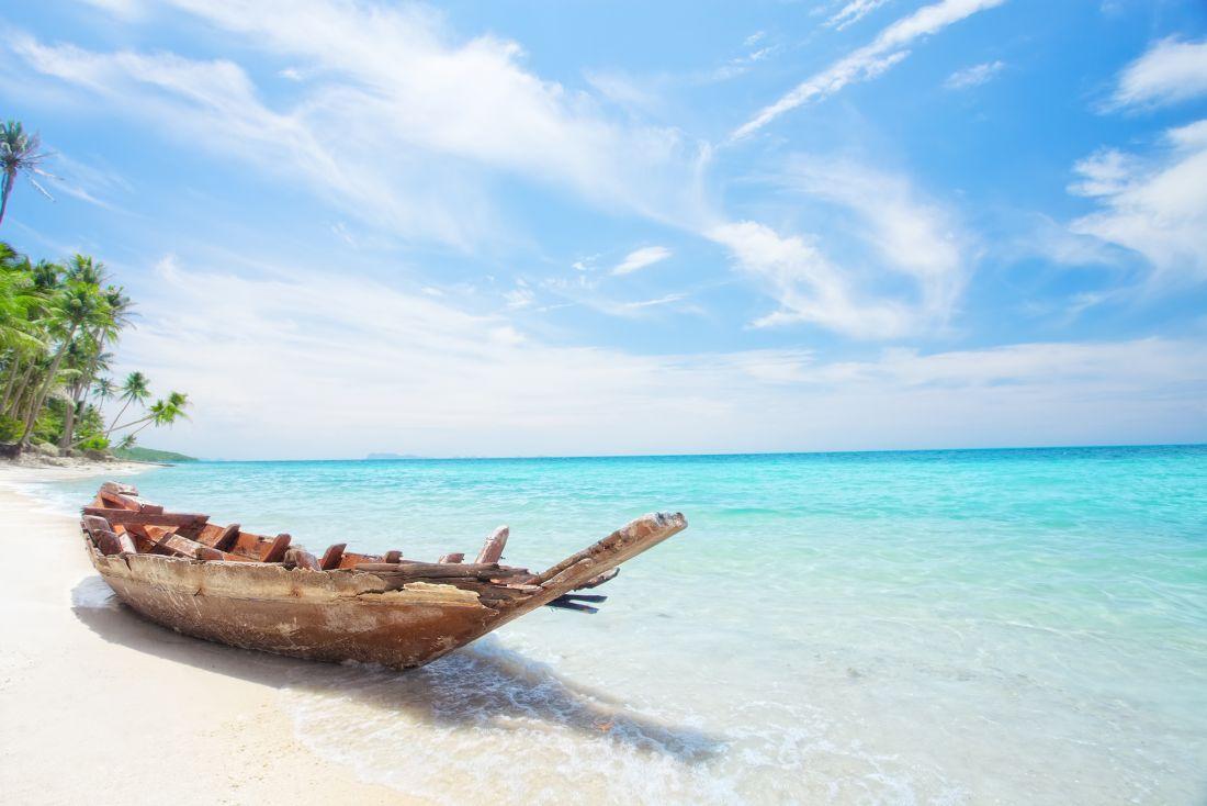 Лодка у моря 9052
