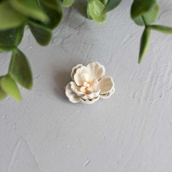Цветок 2 см. плотный тканевый, молочный