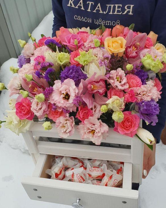 Ящик цветов и конфет