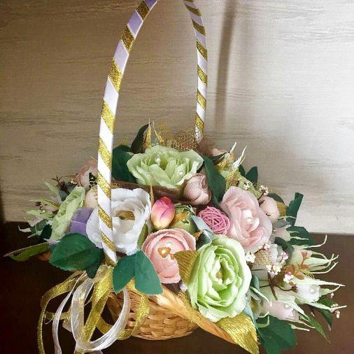 Букет из конфет 25 цветов в плетеной корзинке шляпка