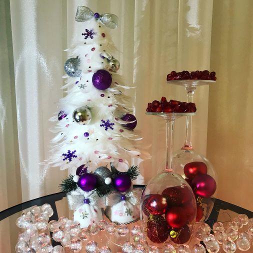 Белая ёлка-топотушка из перьев с декоративными украшениями