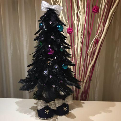 Черная ёлка-топотушка из перьев с декоративными украшениями
