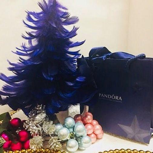 Темно-синяя ёлка-топотушка из перьев с декоративными украшениями