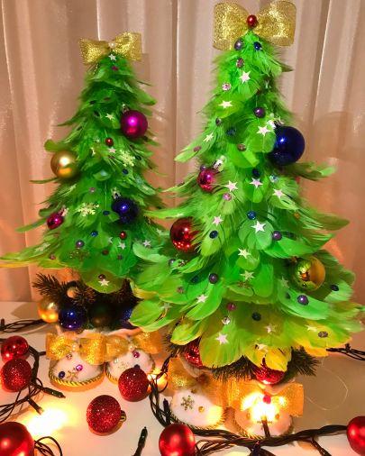 Зеленая ёлка-топотушка из перьев с декоративными украшениями