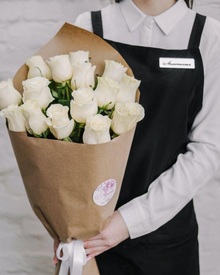 Букет цветов из 25 роз в крафте