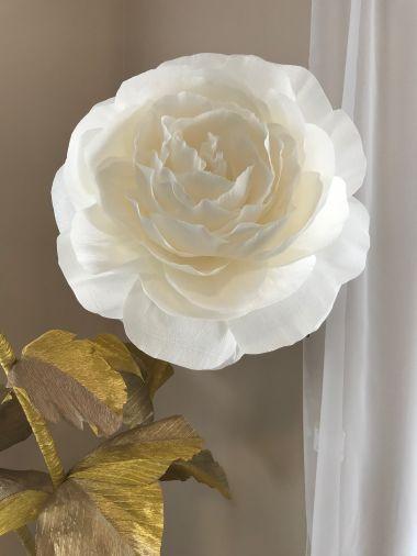 Белая роза из гофробумаги на золотом стебле и металлической подставке