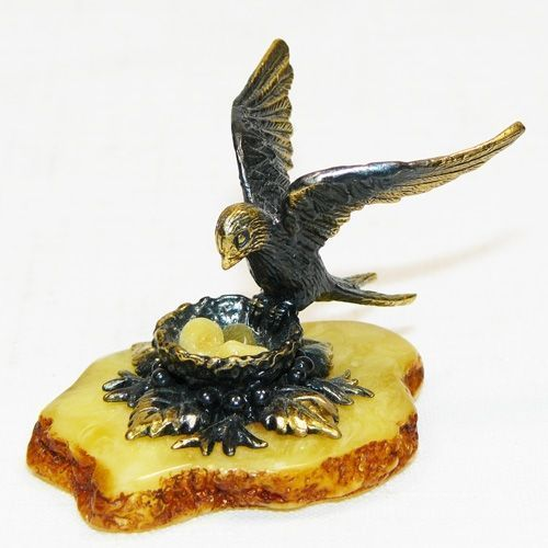 Ласточка на гнезде - фигурка из бронзы с камнем янтарь
