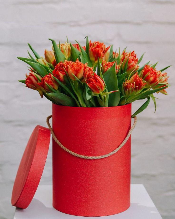 Коробка с цветами из 25 тюльпанов c доставкой в Комсомольске