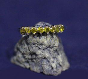 Позолоченное белым золотом кольцо с искусственными хризолитами (арт. 880157)