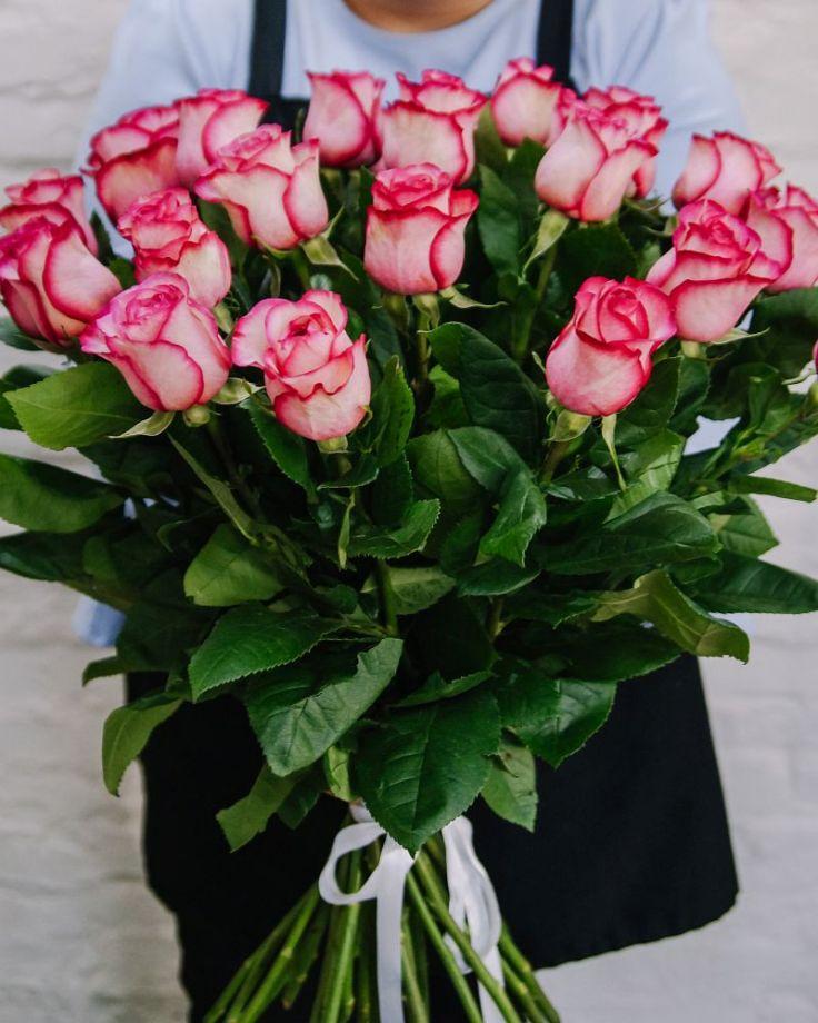 """Букет из 25 роз """"Карусель"""" c доставкой в Комсомольске"""