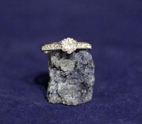Позолоченное белым золотом кольцо с искусственным бриллиантом (арт. 880204)
